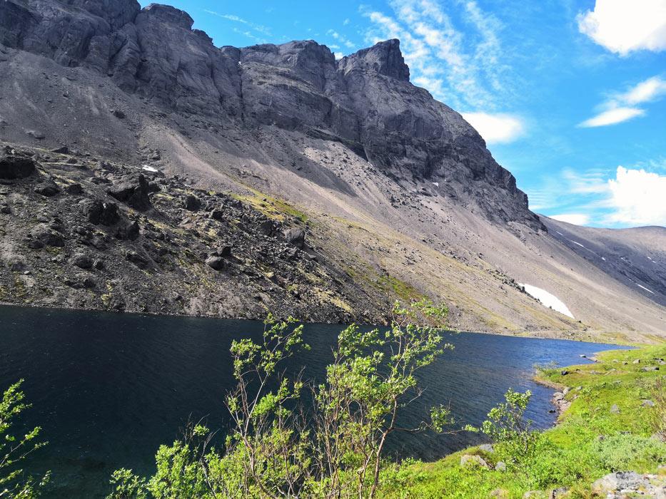 Хребет Поачвумчорр и озеро Длинное на солнце